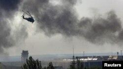 Un helicóptero Mi-24 ucraniano dispara contra posiciones rebeldes en el aeropuerto de Donetsk.