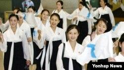 북한이 오는 9월 한국에서 열리는 제17회 인천 아시안게임에 응원단을 파견한다고 밝혔다. 사진은 지난 2005년 8월 31일 제16회 아시아 육상 선수권대회에 참석할 북한 응원단이 인천공항을 통해 입국하는 모습.