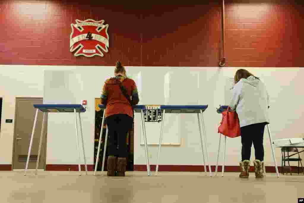 ووٹرز اپنا حق رائے دہی استعمال کر رہے ہیں۔
