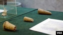 برخی از اشیاء باستانی که از آمریکا تحویل گرفته شده، در نمایشگاهی در وزارت فرهنگ عراق، در بغداد