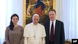 Le pape François pose pour une photo de famille avec Paloma Garcia Ovejero, à gauche, et Greg Burke, un ancien correspondant de Fox TV, Greg Burke, à droite, nommé comme son nouveau porte-parole, Vatican, Rome, 11 juillet 2016.