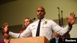노스캐롤라이나 주 커 퍼트니 경찰국장이 20일 발생한 경찰의 흑인 남성 총격 사건에 대해 설명하고 있다.