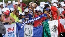 Peregrinos en Ciudad de Panamá sostienen sus banderas nacionales mientras esperan la ceremonia de inauguración y misa de la Jornada Mundial de la Juventud. Enero 22 de 2019.