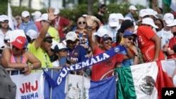 Giáo dân vẫy quốc kỳ trong khi chờ đợi ngày khai mạc Đại hội Giới trẻ Thế giới Panama 2019, tại Panama City. DGH Phan-xi-cô sẽ tông du Panama từ ngày 23-27/1/2019. (AP Photo/Arnulfo Franco)