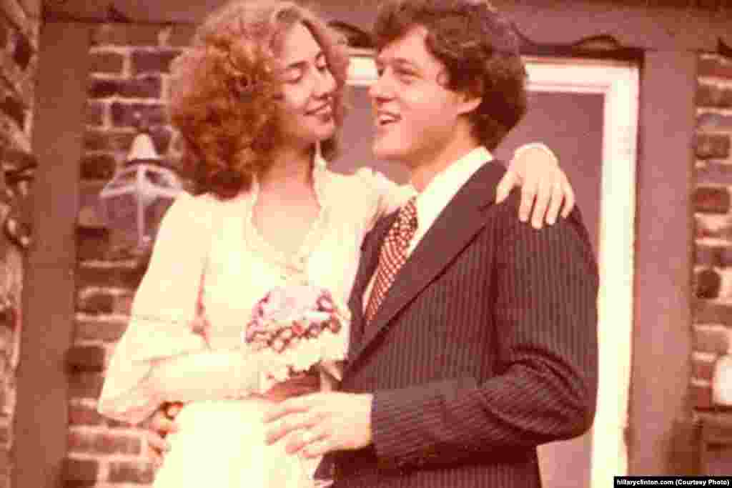 Hapo Oktoba 11, 1975, Hillary aliolewa na Bill katika sherehe ndogo huko Fayetteville, Arkansas. (hillaryclinton.com)