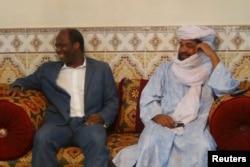 Iyad Ag Ghali, à droite, avec le ministre burkinabè Djibril Bassole à Kidal, Mali, le 7 août 2012.