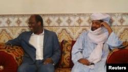 Iyad Ag Ghali (kanan) pemimpin Ansar Dine bertemu Menlu Burkina Faso Djibril Bassole di Kidal, Mali (Foto: dok).