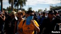 Un grupo de personas camina en una caravana de migrantes que salió de El Salvador con el objetivo de llegar a Estados Unidos. San Salvador, El Salvador, el 28 de octubre del 2018.
