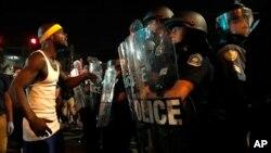 درگیری مردم با نیروهای پلیس در سنت لوئیس