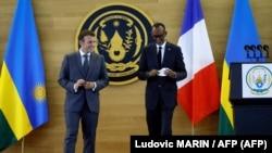 Akanyamuneza kuri Perezida Emmanuel Macron w'Ubufaransa na Perezida Paul Kagame w'u Rwanda nyuma y'ikiganiro bahaye abanyamakuru mu ngoro y'umukuru w'igihugu i Kigali.
