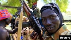 Tentara Sudan Selatan memegang senjatanya di kota Bor, yang terletak 180 km dari ibukota Juba (25/12). Pemberontak semakin mendekati kota Bor hari Senin 30/12.