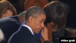 奥巴马总统在追思会中拭泪(美国之音视频截图)
