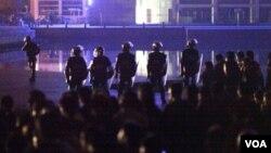 Polisi anti-huru-hara berjaga-jaga di depan gedung pemerintahan di Zhili setelah protes melanda kota ini, Kamis (27/10).