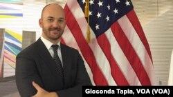 Justen Thomas, portavoz en español del Departamento de Estado