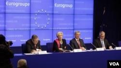 Para pejabat keuangan Eropa dan IMF memberikan keterangan kepada media seusai pertemuan para Menteri Keuangan zon euro di Brussels (21/2).