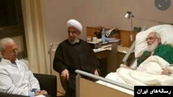 رئیس مرکز اسلامی هامبورگ و پروفسور سمیعی در کنار هاشمی شاهرودی که در بیمارستانی در هانوفر آلمان بستری است.