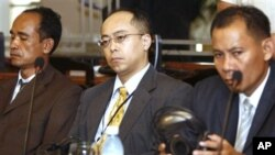 U.N.-assisted Cambodian genocide tribunal judges, Motoo Noguchi, center, of Japan, and Cambodians Sim Rith, left, and Ya Narin, Phnom Penh, Sept. 1, 2008 (file photo)