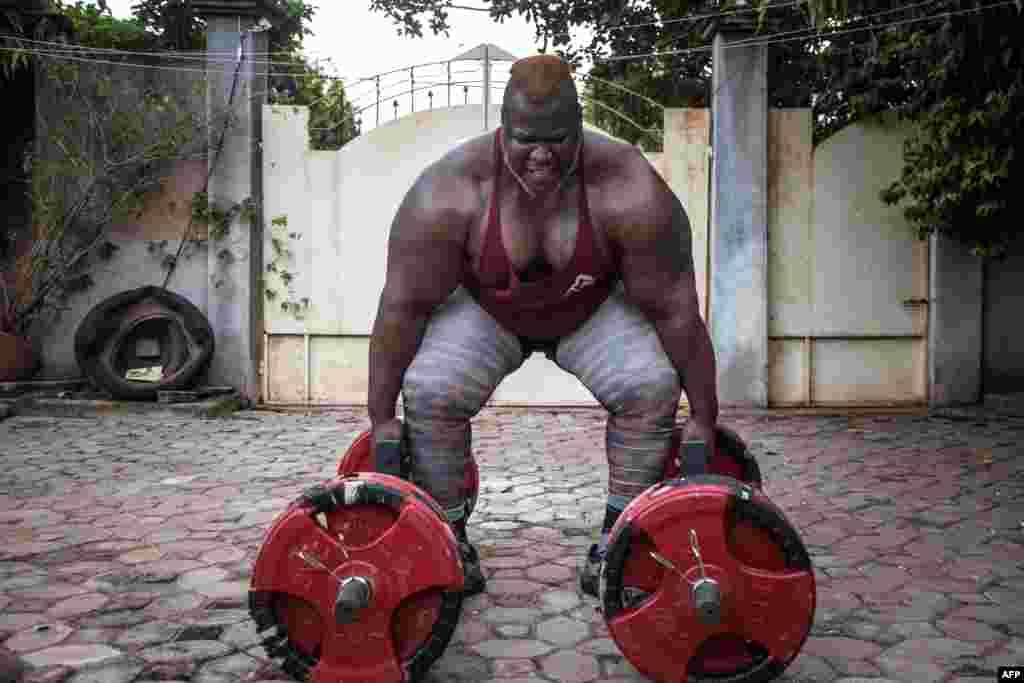 شیخ «احمد الحسن سانوو» مرد آهنین در کشور بورکینا فاسو است. او با ۱۹۰ سانتیمتر قد، و ۱۸۰ کیلوگرم وزن، یکی از ده مرد قوی جهان شناخته می شود.