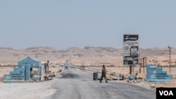 A checkpoint in the desert of the semi-autonomous Somali state of Puntland leads to the port city of Bossaso, Somalia, March 25, 2018. (J. Patinkin/VOA)