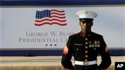 미국 댈러스에서 25일 조지 부시 전 대통령 기념관 개관식을 앞둔 가운데, 귀빈을 맞이하기 위해 대기 중인 해군 의장대.