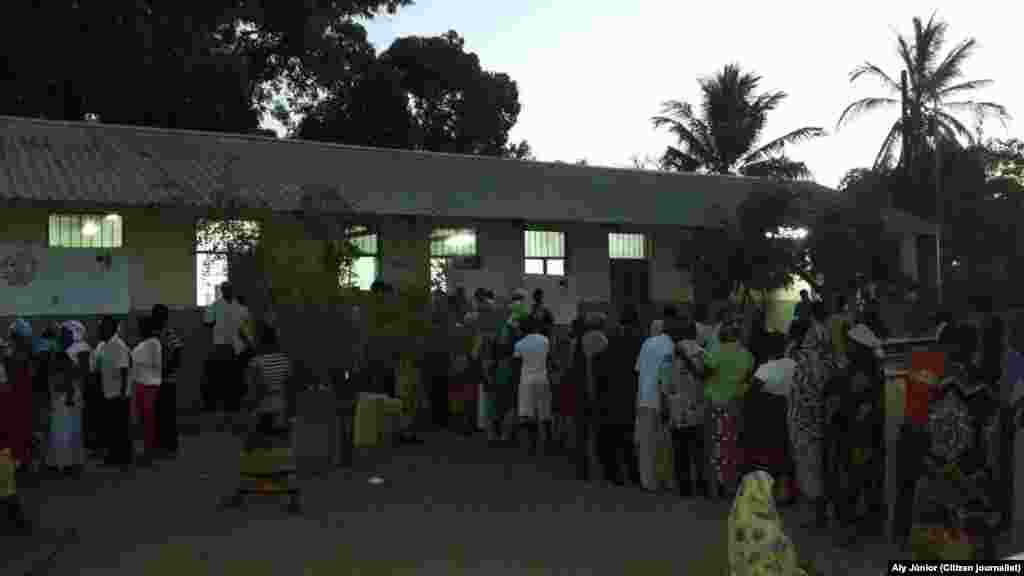 A noite cai, mas a assembleia de voto de Cabo Delgado continua a receber eleitores. Moçambique, 15 Out. 2014