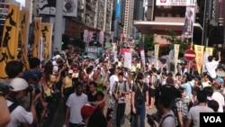 香港几十万市民在香港回归17周年纪念日走上街头参加一年一度的七一大游行要求真普选。(美国之音海彦拍摄 2014年7月1日)