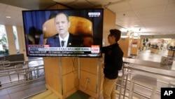 美国犹他大学的学生Suyog Shrestha在盐湖城校园的学生会打开电视,众议院情报委员会主席、众议员亚当·希夫(Adam Schiff)在听证会上讲话。2019年11月13日,美联社照片