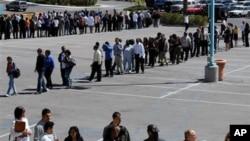 正在排隊尋找工作的失業人士。