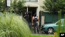 Descente de police dans une banlieue de Paris après une attaque à la voiture-bélier contre six soldats français, le 9 août 2017.