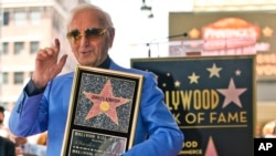 "Chantè e konpozitè Charles Aznavour nan yon seremoni ki t ap onore li avèk yon etwal nan ""Hollywood Walk of Fame in Los Angeles/Salon Selebrite Holiwood la nan Los Angeles"" jedi 24 out 2017. (Foto: AP Photo/Damian Dovargane).د"