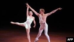 Ngôi sao ballet David Hallberg, phải, và Tiler Peck trình diễn tại New York, 2/6/2010
