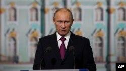 Ông Putin tuyên bố Edward Snowden đang ở trong khu vực quá cảnh của một phi trường ở Moscow, nhưng sẽ không bị dẫn độ qua Mỹ.