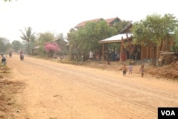 A dirt road in Anlong Veng district, the last Khmer Rouge stronghold. (Sun Narin/VOA Khmer)