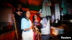 Petugas penegak imigrasi Malaysia menahan dua orang yang dicurigai tenaga kerja ilegal dari Indonesia (kedua dari kiri, kedua dari Kanan), sebelum memeriksa dokumen di Nilai, di luar Kuala Lumpur, 1 September 2013. Dalam pertemuan Tahunan Indonesia-Malaysia ke-12, 22 November 2017, Presiden Joko Widodo dan PM Mohamad Najib membahas perlindungan buruh migran Indonesia, di Malaysia.