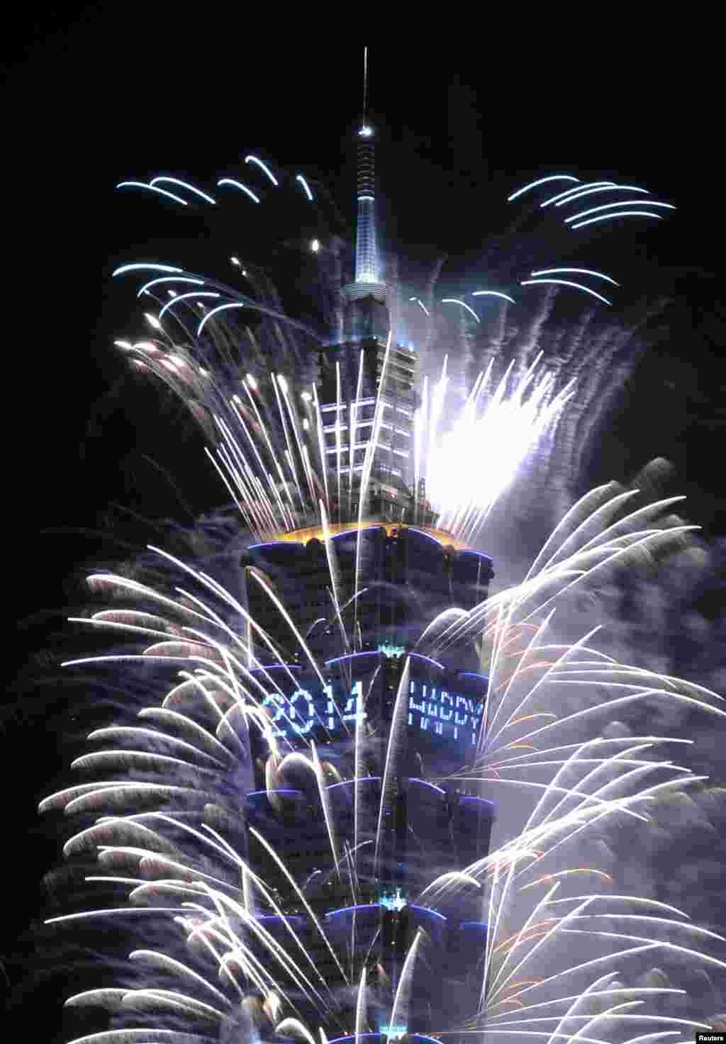 타이완의 최고층 건물인 '타이페이 101'에서 2014년 1월1일 0시를 기해 화려한 불꽃쇼가 펼쳐졌다.