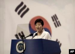 Presiden Korea Selatan Park Geun-hye memberikan sambutan dalam sebuah upacara di Seong Cultural Center, Seoul, Korea Selatan (15/8).