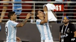 Con goles de Ángel Di María y Ever Banega, los argentinos se impusieron ante los chilenos.