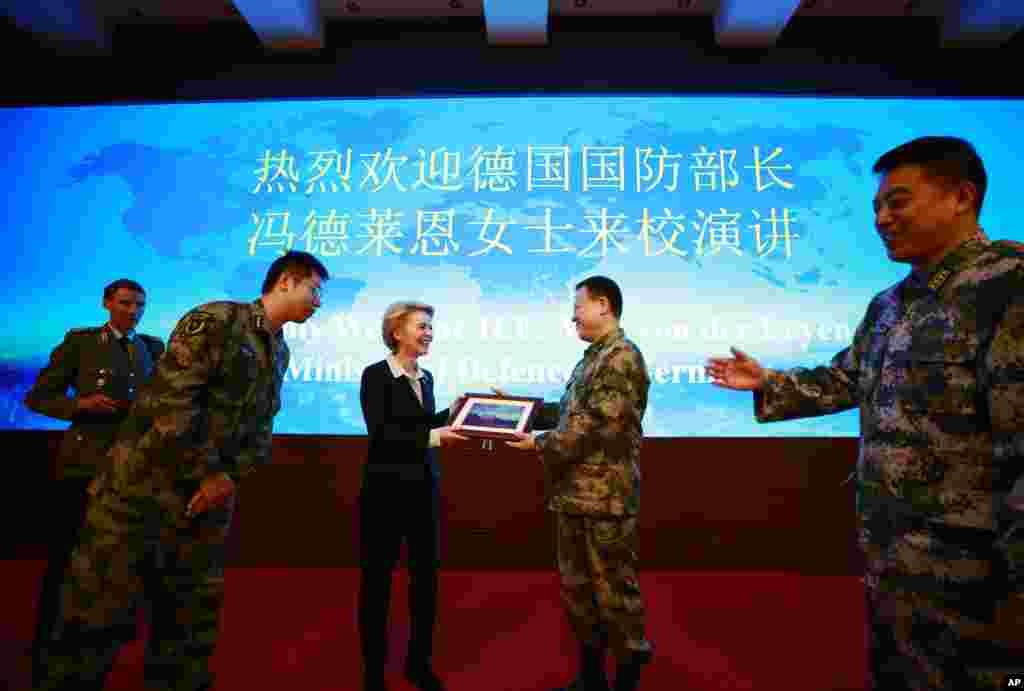 德国国防部长冯德莱恩2018年10月22日在北京的国防大学演讲后收到纪念照。