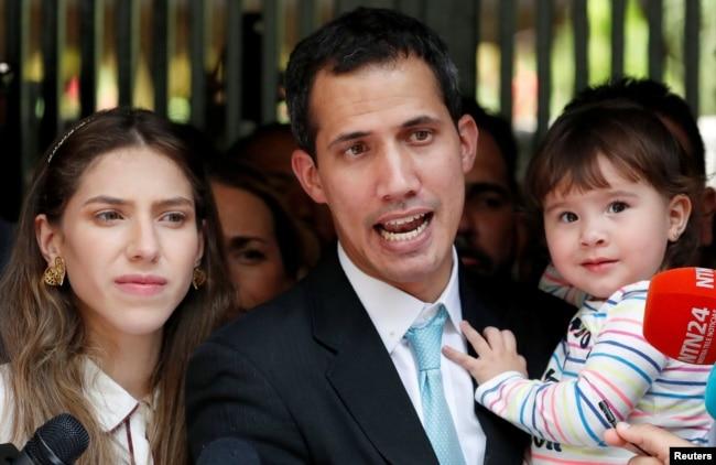 委内瑞拉反对派领导人和自称临时总统的胡安·瓜伊多与他的妻子法比亚娜·罗萨莱斯与女儿