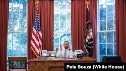 Tổng thống Obama nói chuyện qua điện thoại với Chủ tịch Cuba Raul Castro tại Phòng Bầu Dục, 18/9/2015.