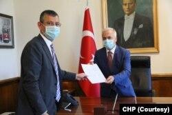 CHP Grup Başkanvekilleri Özgür Özel ve İstanbul Milletvekili Engin Altay, Ankara Milletvekili Haluk Koç'un TBMM Başkanlığı adaylık başvuru dilekçesini TBMM Genel Sekreterliği'ne teslim etti.