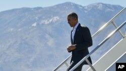 Tổng thống Barack Obama bước xuống chuyên cơ Air Force One khi đến Sân bay Quốc tế Palm Springs, ngày 12 tháng 2, 2016 ở Palm Springs, California.