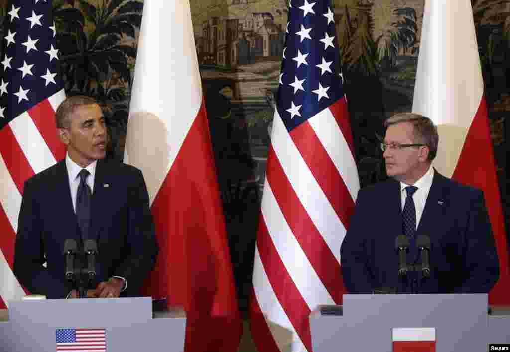 Prezident Obama Polsha prezidenti Bronislav Komorosvki bilan ko'rishmoqda.