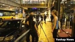최근 홍콩에서 열린 제57회 국제수학올림피아드에 참가했던 18세 북한 남학생이 홍콩주재 한국총영사관에 진입해 정치적 망명을 요청했다고 현지 언론이 홍콩 정부 소식통 등을 인용해 28일 보도했다. 사진은 한국총영사관이 입주한 빌딩 부근에서 취재 중인 홍콩 취재진.
