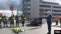 Američki državni sekretar Džon Keri polaže venac na aerodromu u Briselu u čast žrtava terorističkih napada.