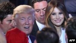 លោក Donald Trump ប្រធានាធិបតីជាប់ឆ្នោតថ្មីរបស់សហរដ្ឋអាមេរិក និងភរិយា Melania Trump ចាប់ដៃជាមួយអ្នកគាំទ្រ នៅក្រោយពេលលោកថ្លែងសុន្ទរកថាទទួលជ័យជម្នះការបោះឆ្នោត នៅសណ្ឋាគារ New York Hilton Midtown នៅបុរីញូវយ៉ក កាលពីថ្ងៃទី៩ ខែវិច្ឆិកា ឆ្នាំ២០១៦។