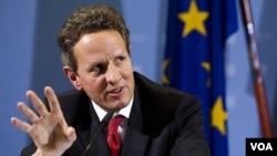 Menkeu AS Timothy Geithner dalam jumpa pers bersama Menkeu Jerman Wolfgang Schaeuble (tidak tampak) di Berlin, Selasa (6/12).