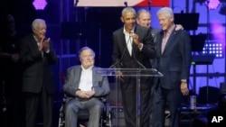 지난해 7월 텍사스주 칼리지스테이션에서 열린 허리케인 피해자 지원행사 모인 미국 전직 대통령들. 왼쪽부터 지미 카터, 조지 H.W. 부시, 바락 오바마, 조지 W. 부시, 빌 클린턴 전 대통령.