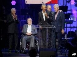 五名美国前总统出席德克萨斯州为数场飓风灾民举办的演唱会,左起:卡特、老布什、奥巴马、小布什和克林顿。(2017年10月21日)