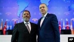 Pemimpin Turki Recep Tayyip Erdogan (kanan) saat bertemu Presiden Mesir, Mohammed Morsi September tahun 2012 (foto: dok). Erdogan mengecam keras penggulingan Morsi oleh militer Mesir.